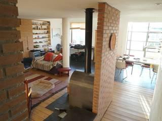 Moradia Unifamiliar - construção de custos controlados/elevada eficiência energética: Salas de estar mediterrânicas por Cidades Invisíveis, arquitectura e design Lda.