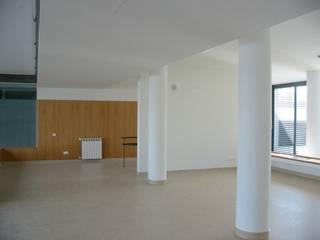 Lar de idosos - Obra de custos controlados/elevada eficiência energética: Salas de estar modernas por Cidades Invisíveis, arquitectura e design Lda.