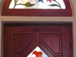 Eingangstür mit Rundbogenfenster von Eszter Nyiri Bleiverglasung Landhaus
