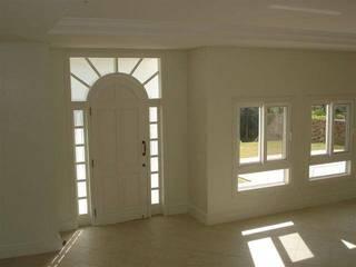 Casa Branca Florianópolis: Janelas   por Éfeso Arquitetura & Construção