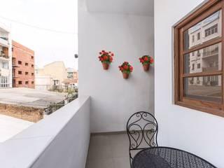 Reforma interior de vivienda piso Rimolo & Grosso, arquitectos Balcones y terrazas de estilo mediterráneo Cerámico Blanco