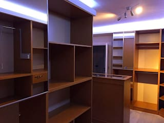 Closets de estilo moderno de Dekoroba İç Mimari & Dekorasyon Moderno