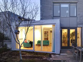 Salas / recibidores de estilo  por Ruud Visser Architecten