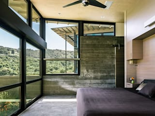 Butterfly House:  Bedroom by Feldman Architecture