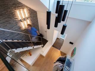 Bosvilla Rosmalen:  Gang en hal door Studio'OW Interieurontwerp