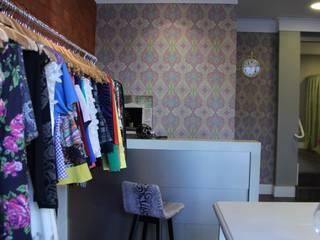 Cortesã Lojas & Imóveis comerciais rústicos por HOME Arquitetura Rústico