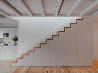 Alves da Veiga: Corredores e halls de entrada  por Pedro Ferreira Architecture Studio Lda