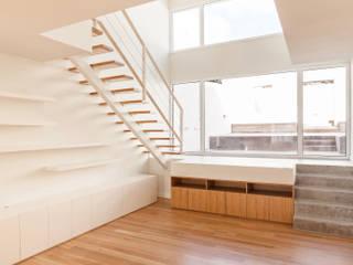 Terras 8 Salas de estar minimalistas por Colectivo Cais Minimalista