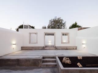 Minimalist style garden by Colectivo Cais Minimalist