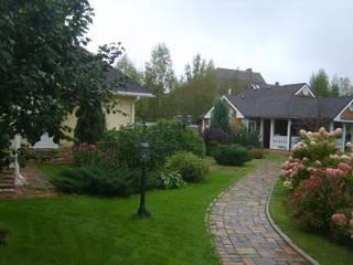 Миксбордер с хвойными, лиственными растениями и многолетниками: Дома в . Автор – Цветущий сад