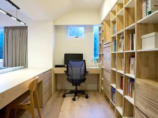 Ruang Studi/Kantor Modern Oleh 直譯空間設計有限公司 Modern