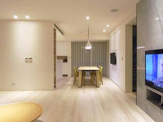 Salones de estilo minimalista de 直譯空間設計有限公司 Minimalista