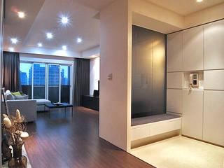 Corridor and hallway by 直譯空間設計有限公司, Modern