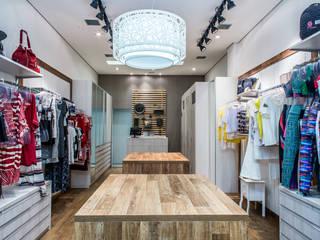 Vista Interna - loja bem iluminada: Lojas e imóveis comerciais  por Andresa Jessita