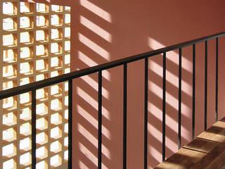 DUMAS Pasillos, vestíbulos y escaleras de estilo moderno de Rob Dubois · arquitecte Moderno
