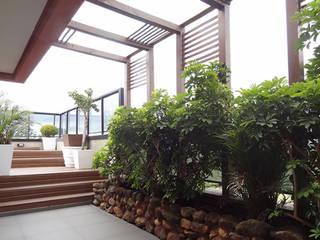 Bloco Z Arquitetura Balkon, Beranda & Teras Gaya Rustic