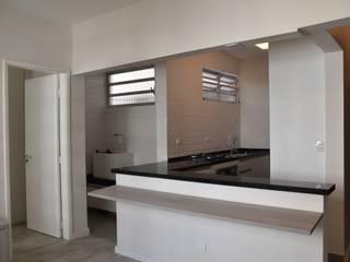 Capote Valente: Salas de estar  por Marina Scacchetti Arquitetura e Interiores,Minimalista