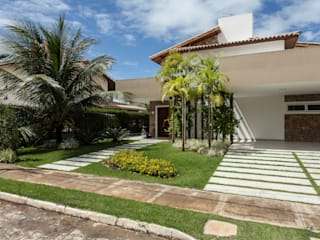 Tropical style houses by RODRIGO FONSECA | ARQUITETURA E INTERIORES Tropical