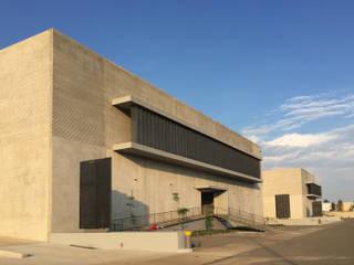 PARQUE INDUSTRIAL Y DE OFICINAS CASTILLO: Estudios y oficinas de estilo  por EEC Arquitectos