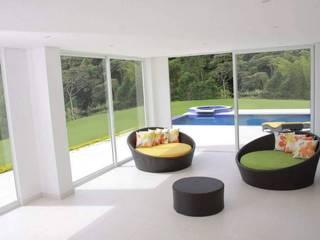 Salas/Recibidores de estilo moderno por KAYROS ARQUITECTURA DISEÑO INTERIOR
