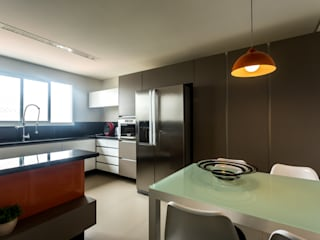 Kitchen by ISLA ARQUITETURA, INTERIORES E DESIGN
