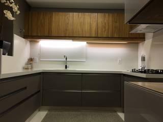 現代廚房設計點子、靈感&圖片 根據 Daniela Viana e Lilian Maravai Arquitetura 現代風