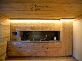 'MOUNTAINS LOVE' Cucina in stile rustico di Falegnameria Galli Rustico