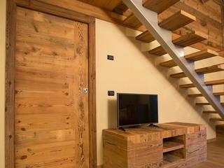 Phòng khách phong cách mộc mạc bởi Falegnameria Galli Mộc mạc