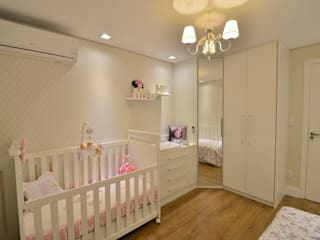 Nursery/kid's room by Graça Brenner Arquitetura e Interiores