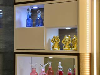Graça Brenner Arquitetura e Interiores BathroomMedicine cabinets MDF White