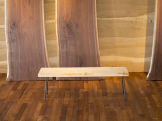 無垢材 ベンチ アイアン: SSD建築士事務所株式会社が手掛けた現代のです。,モダン
