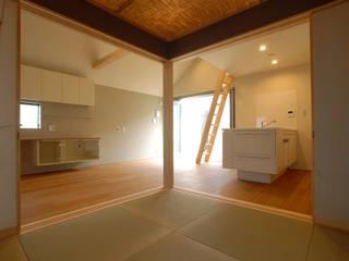豊島区 Kさんち: アーツ&クラフツ建築研究所が手掛けたリビングです。