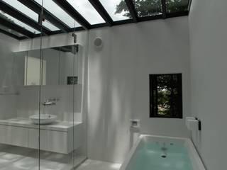 ちっちゃな森の家: アーツ&クラフツ建築研究所が手掛けた浴室です。