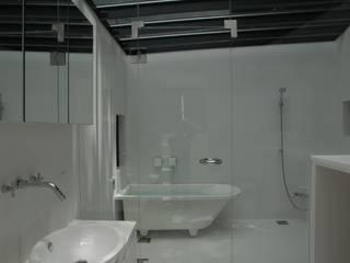 ちっちゃな森の家 モダンスタイルの お風呂 の アーツ&クラフツ建築研究所 モダン