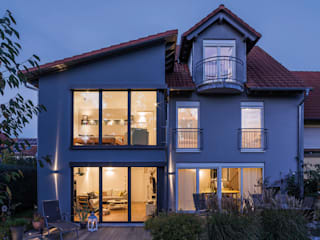 現代房屋設計點子、靈感 & 圖片 根據 KitzlingerHaus GmbH & Co. KG 現代風