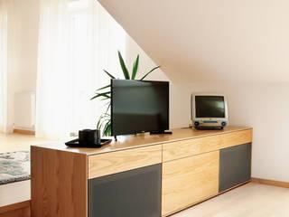 Dachgeschoss Wohnung: modern  von Schwarzott Einrichtungshaus & Werkstätte,Modern