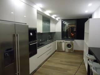 現代廚房設計點子、靈感&圖片 根據 AS-Arquidesign 現代風
