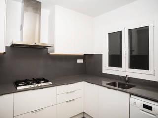 Grupo Inventia Cocinas de estilo moderno Granito Gris
