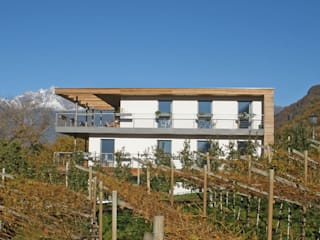 Tra Vigneto e Bosco Balcone, Veranda & Terrazza in stile moderno di melle-metzen architects Moderno