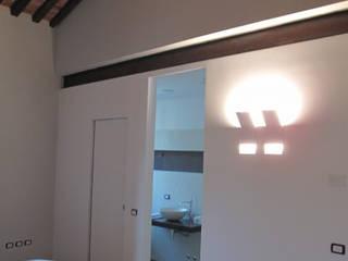 Ristrutturazione Centro Storico a Bassano del Grappa: Camera da letto in stile in stile Moderno di basarchitetti