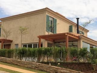 Residência FNB: Casas  por Stella Mangabeira Arquitetura e Interiores