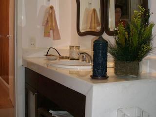 Reforma de apartamento em Copacabana, Rio de Janeiro. Banheiros clássicos por HL Arquitetura & Design Clássico