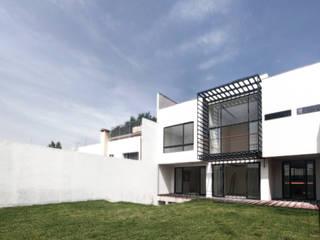 Casa Flores: Casas de estilo  por C+C | STUDIO