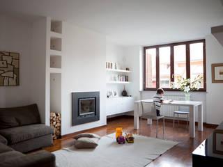 Arredamento di interni a Milano – soggiorno :  in stile  di INNOVATEDESIGN®s.a.s. di Eleonora Raiteri