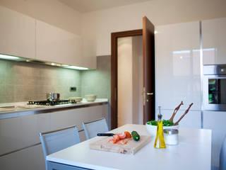 Arredamento di interni a Milano –  cucina:  in stile  di INNOVATEDESIGN®s.a.s. di Eleonora Raiteri