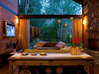 Refúgio nas Montanhas: Salas de estar  por Patricia Abreu arquitetura e design de interiores,