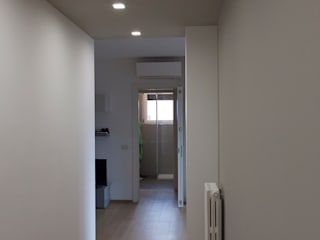 Modern corridor, hallway & stairs by Laura Galli Architetto Modern