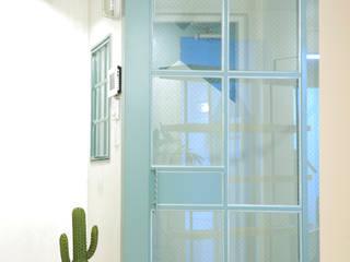 現代風玄關、走廊與階梯 根據 designvom 現代風
