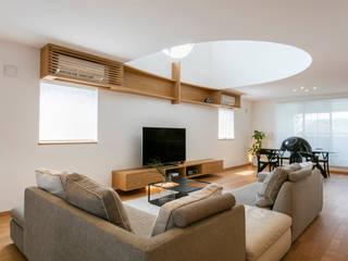 リビング: 橋本健二建築設計事務所が手掛けたリビングです。