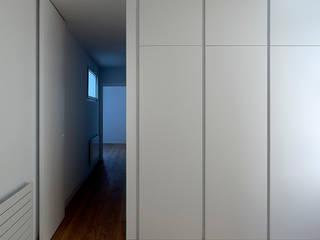 Penthouse en Valencia _Proyecto: DG Arquitecto Valencia: Isabel Roger Sánchez + Daniel González López: Dormitorios de estilo  de Elo Construcciones